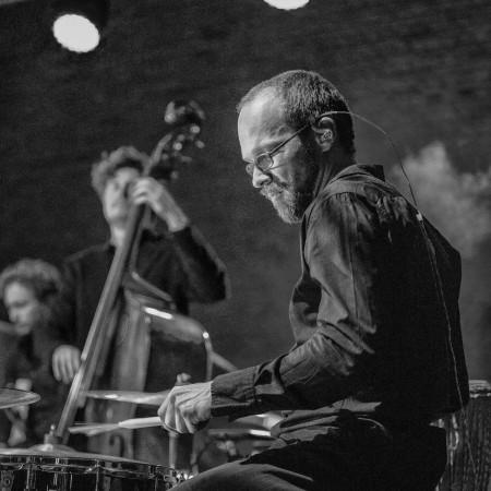 Lothar Weise mit Knopf im Ohr.