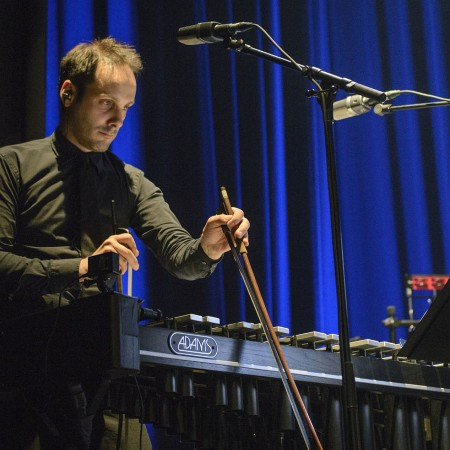 Michael packt die Geigenbögen aus