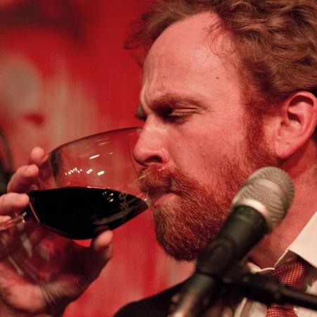 Toby leert konzentriert die Weinbestände