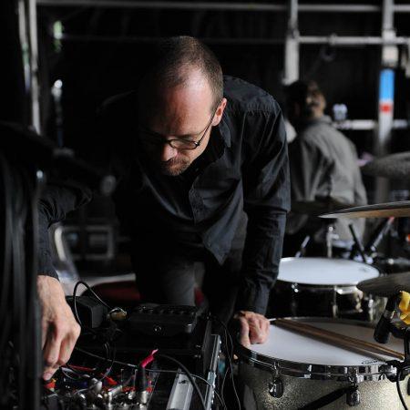 Lothar beim Aufbau des Drum Kits