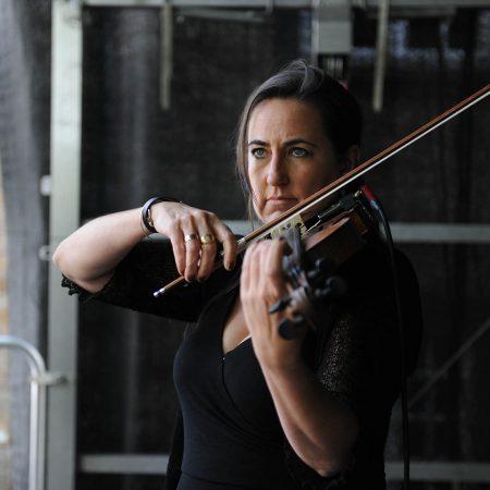 Sue Ferrers ganz konzentriert an der Geige