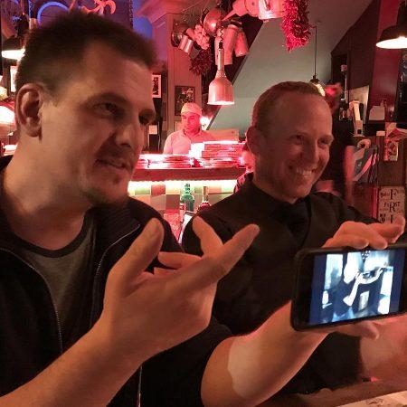 """Die Entstehung von """"Ein schwacher Trost"""" wurde in einem italienischen Restaurant besiegelt. Hier Bildmeister Oli und Toby."""