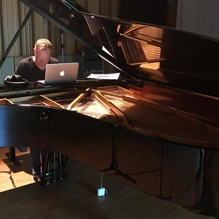 Zwei Tage lang unzertrennlich: Toby und der Steinway des Studios Tonmeister in Mainz.