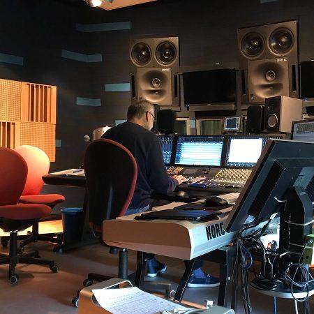 Tonmeister und Studiobesitzer Dr. Alfred an den Schalthebeln der Macht.