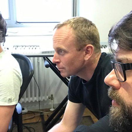 Der nächste Schritt: Arrangeur Tilman, Toby und RIG lauschen konzentriert den Orchesteraufnahmen in Budapest.
