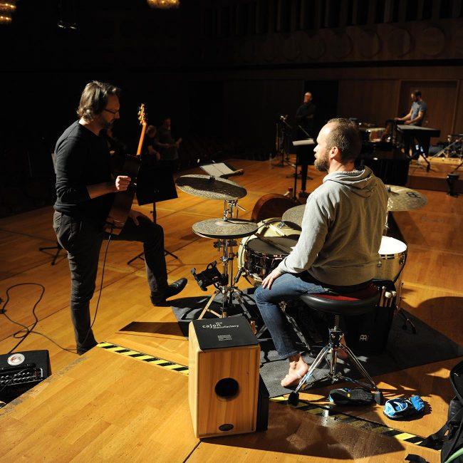Michael, unser neuer Gitarrist, und Lothar, unser alter Schlagzeuger, beraten sich.