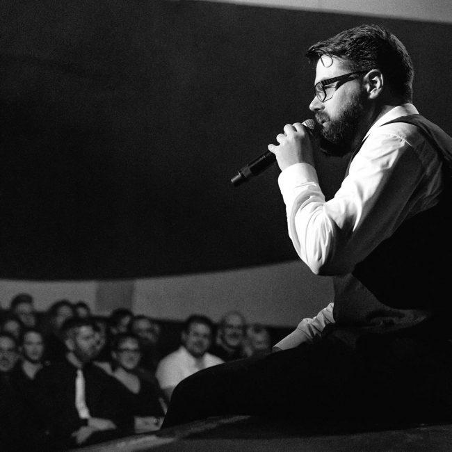 RIG hält am Bühnenrand ein Pläuschchen mit dem Publikum.