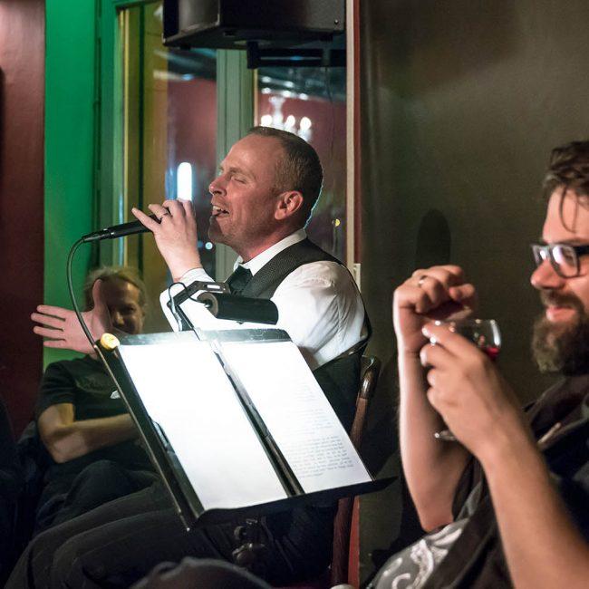 Tobias Hahn alias Karel Gott singt sich in Rage