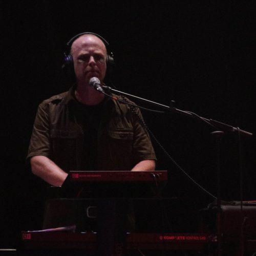 Toby dräut hinter seinen Keyboards und Maschinen