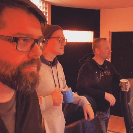Männer, die auf Drummer starren.