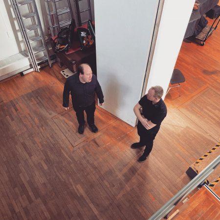 Orchestrator David Christiansen geht gemeinsam mit Toby letzte Feinheiten vor den Aufnahmen durch.