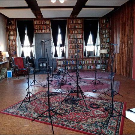 Hier im so gemütlichen wie ehrwürdigen Offroad Studio ist alles für den Chor vorbereitet.