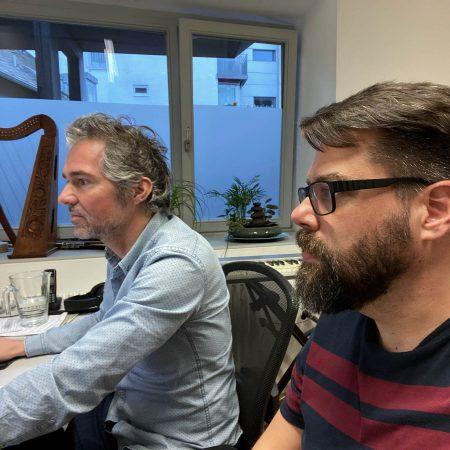 Chefarrangeur Tilman und RIG überwachen die Aufnahmen gespannt per Session Link von Mainz aus.