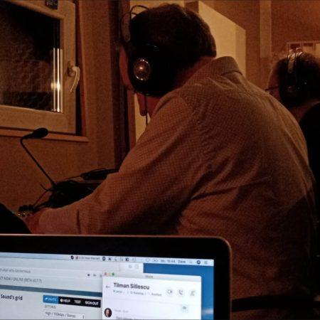Holger und Christian sind hoch konzentriert bei den Choraufnahmen in Leipzig zugange.