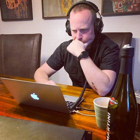 """Toby tüftelt hochkonzentriert an den Abläufen von """"Terror"""" herum."""