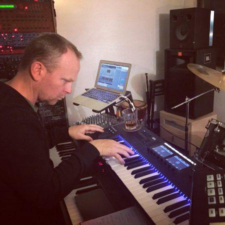 """Toby hat für """"Terror"""" anfänglich viel Klavier eingespielt und es dann später, von einem einzigen Part abgesehen, alles wieder rausgeschnitten. Typisch JANUS."""