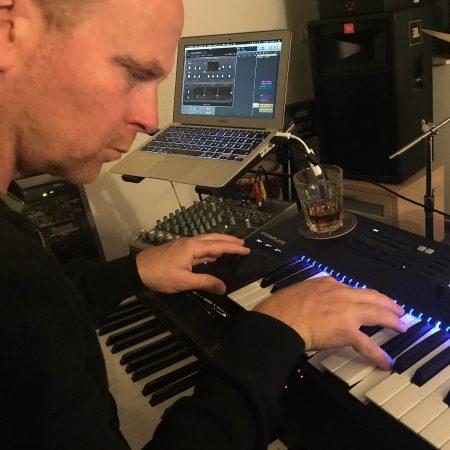 """Toby werkelt in seinem Heimstudio an gespenstischen Klängen für """"Terror""""."""